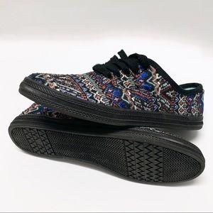 Super cute Aztec pattern lo pro style shoe